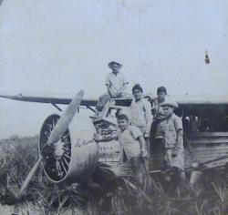 1937년엔젤폭포위에서북시착한비행기현지원주민들이모여있다
