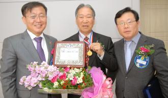 자랑스런 이공인상에 선정된 박창호 동문(86·3회·가운데)과 총동창회 류마영 회장(57·3회·왼쪽), 이광훈(57·3회·오른쪽).