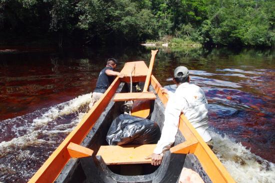 엔젤폭포 가는 길에 물이 적으면 배를 밀고 가야한다.