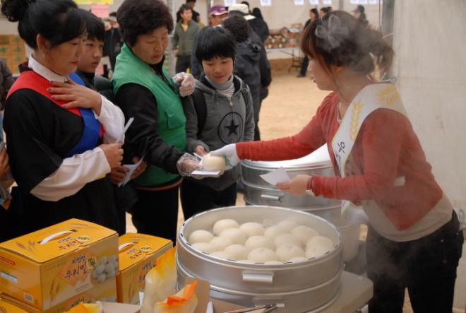 이날 시민들은 어른아이 할 것 없이 우리밀·보리로 만든 찐빵을 먹기 위해 장사진을 이뤘다.