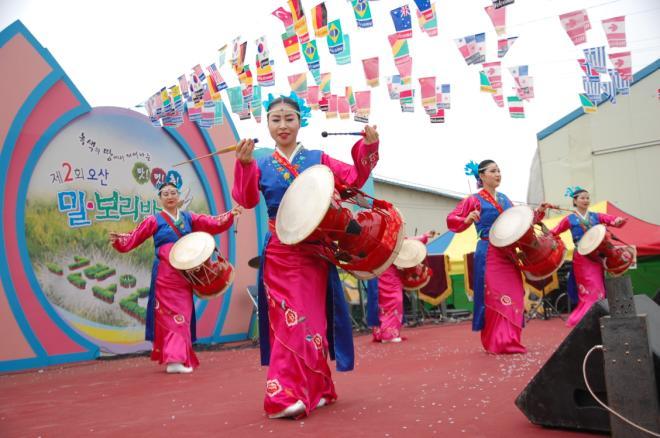 축제에는 역시 우리 가락. 공연자들이 장고춤을 선보이며 흥을 돋우고 있다.