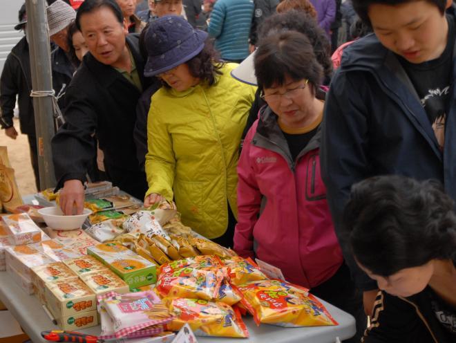 시민들이 오산면에서 생산된 밀·보리를 살펴보고 있다.