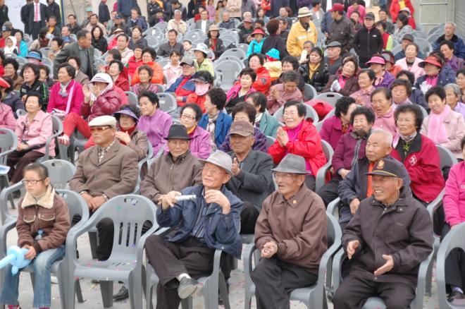 흥겨운 공연에 시민들이 박수를 치면서 즐겁게 관람하고 있다.