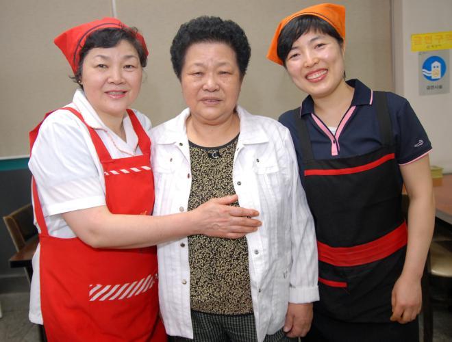삼대로 이어지는 40년 전통의 한일식당. 왼쪽부터 2대 큰딸 조명숙 씨(58), 1대 김복례 할머니(81), 3대 손녀딸 김현정 씨(39).