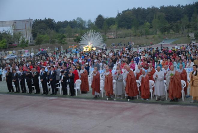 1천여명의 참석자들이 합장한 채 반야심경을 외고 있다.