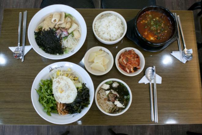 윗줄부터 오뎅국수, 육개장, 비빔밥과 두부국수.